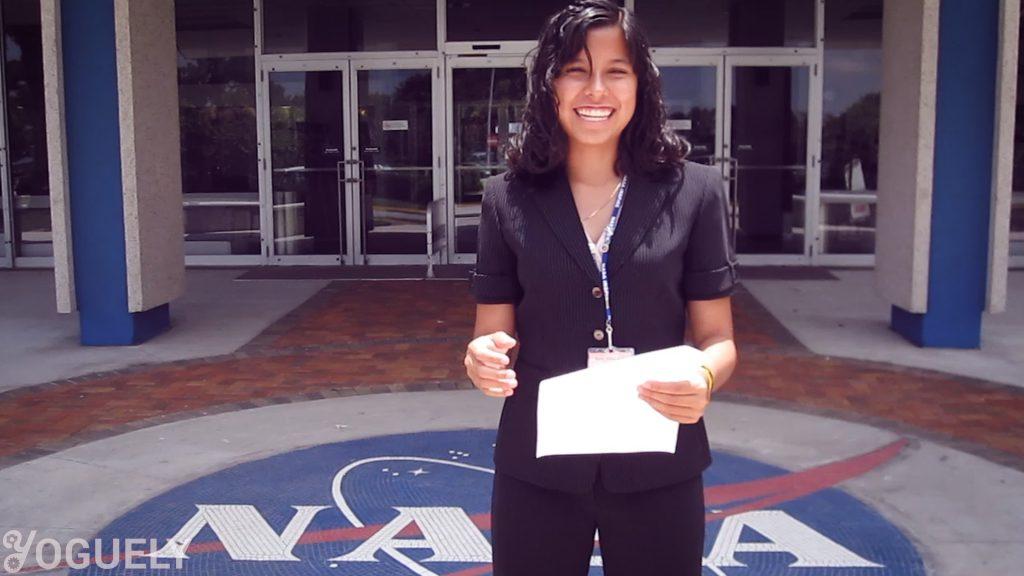Aida Yoguely durante su primera pasantía en la NASA pagada de la escuela secundaria en el Centro Espacial Kennedy de la NASA en Merritt Island, Florida.